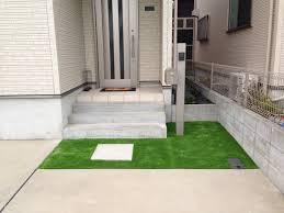 トータルグリーンで玄関口に施工した人工芝