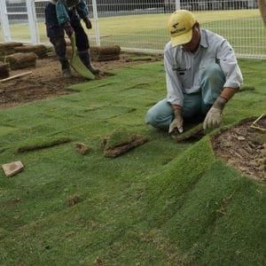 芝張りを実施しているベテラン作業員
