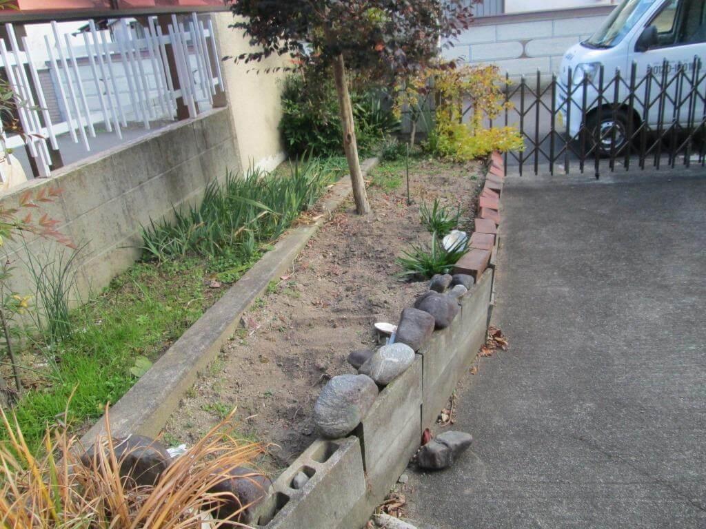 傾いてしまっている花壇のブロック