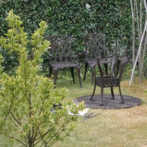 きれいに庭木が並ぶお庭