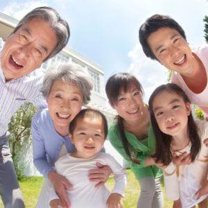 明るい庭で笑顔で覗き込む家族
