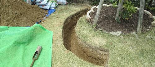 土の入れ替え作業を行うスタッフ