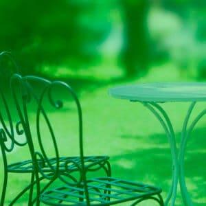 芝生で優雅なテーブルセット