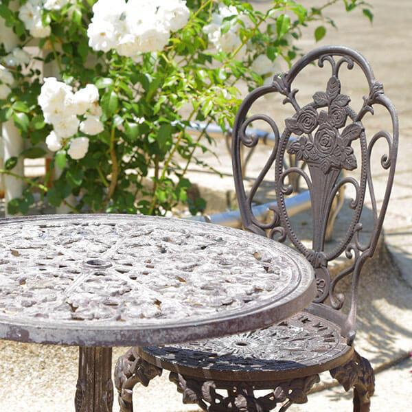 薔薇の花が咲くガーデンとテーブルセット