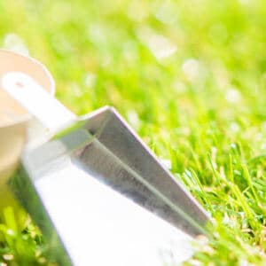 芝生と掃除用具のミニチュア