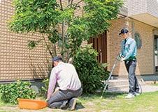 お庭の清掃を行うトータルグリーンの従業員z