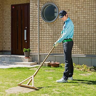 芝生に目土を入れる作業を行うトータルグ芝生に目土を入れる作業を行うトータルグリーンのスタッフリーンのスタッフ