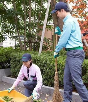 落ち葉などの掃除を行うスタッフ
