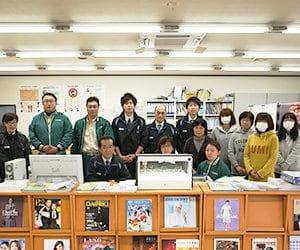 事務所で集合したトータルグリーンの従業員たち